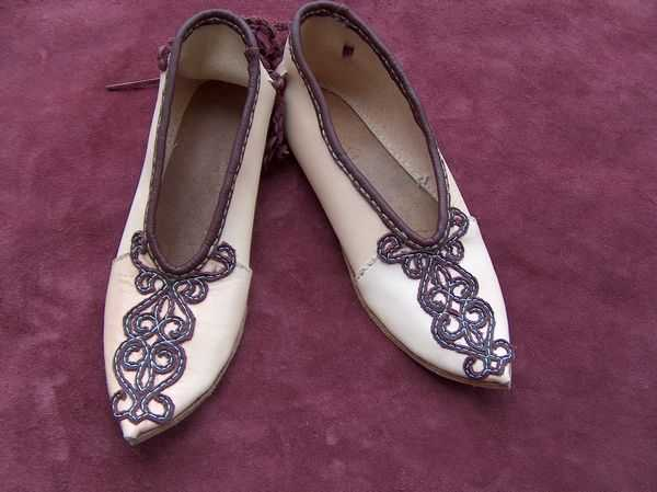 Ladies shoes with leather applique.
