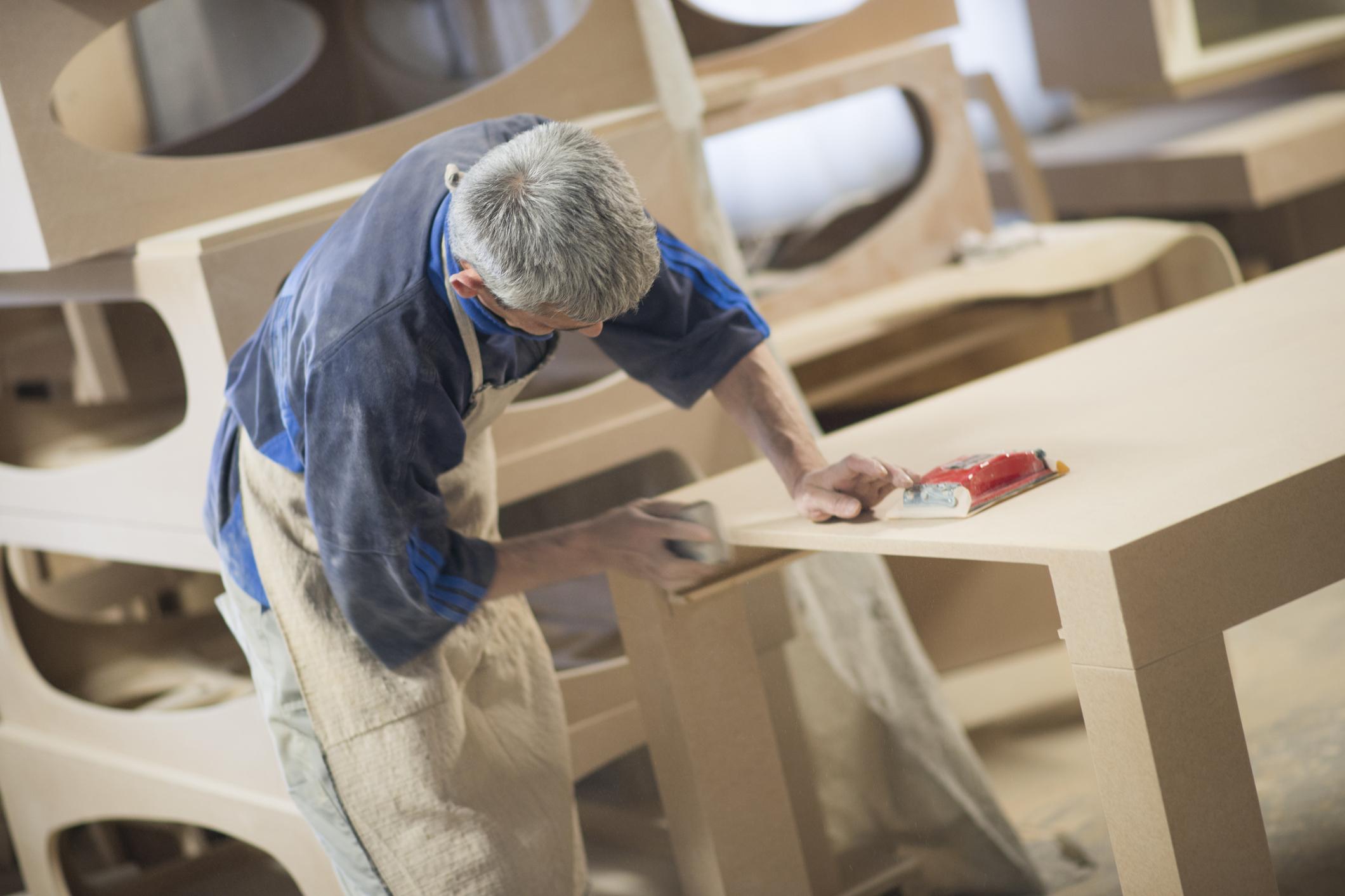 stolarz-pracownik-szlifowanie-drewniany-st-z-szlifierkajpg